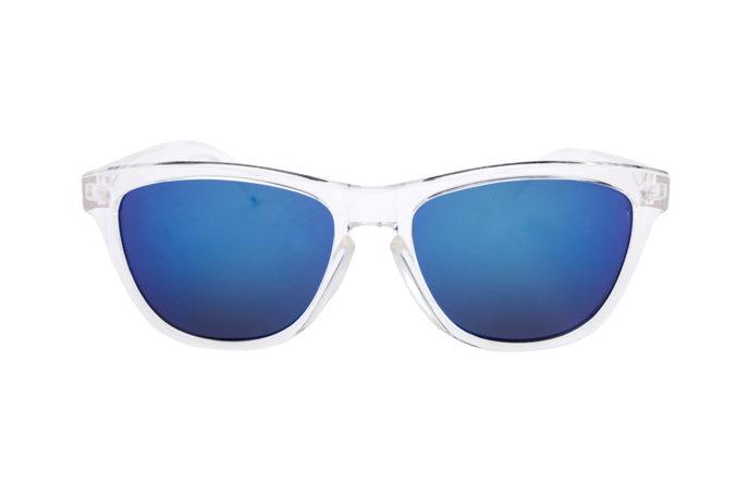 Gafas de sol en aguas cristalinas frontal