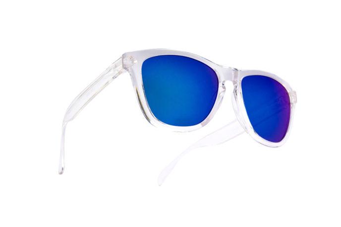 Gafas de sol en aguas cristalinas