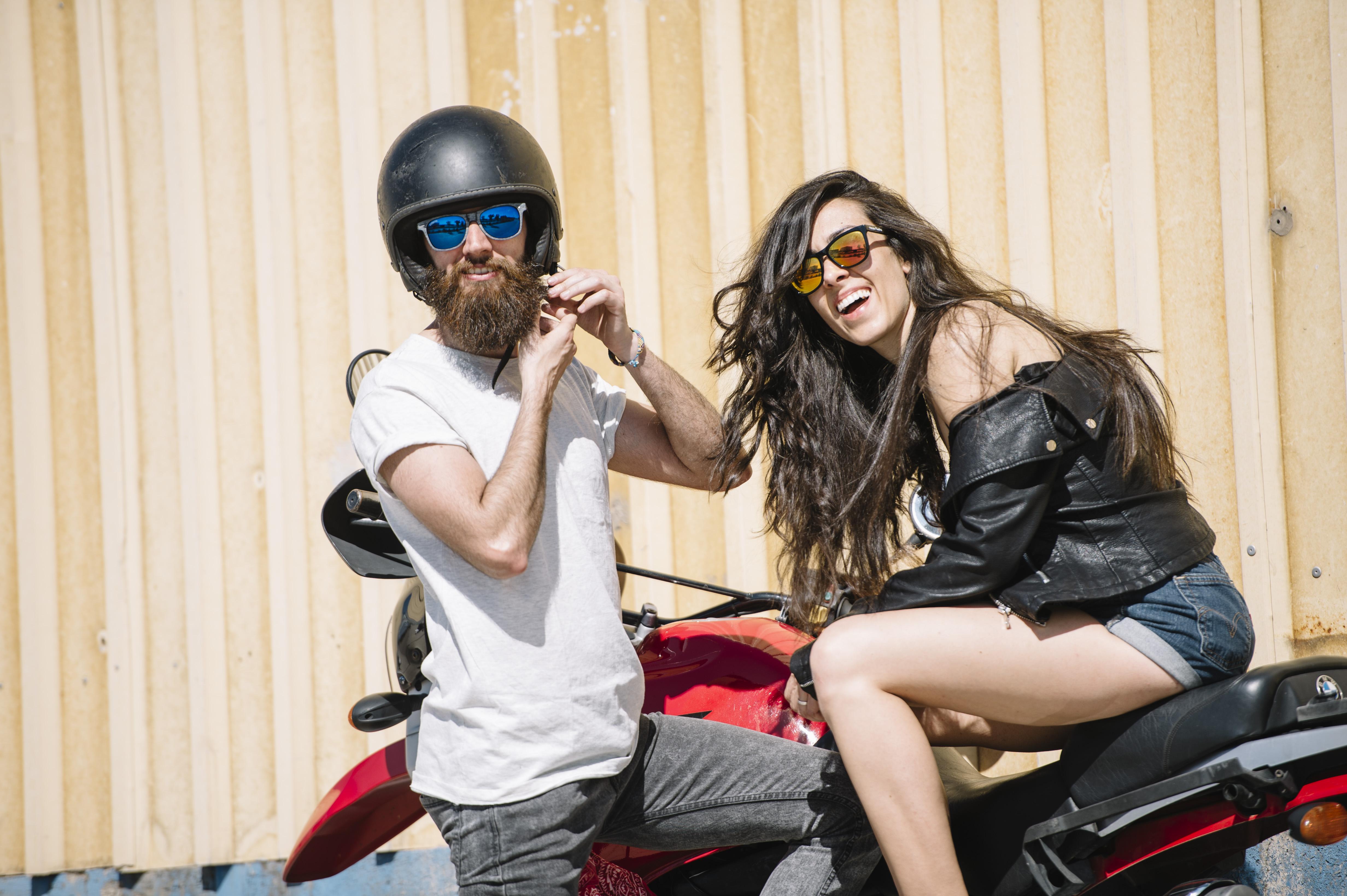 moto-chica-chico-gafas-sol