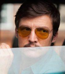 Javier Peña con gafas de sol aviador en Narcos